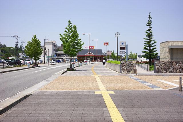郷の音ホール駐車場の中央ゲート付近