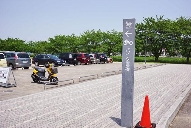 郷の音ホール駐車場中央ゲート側のバイク置き場