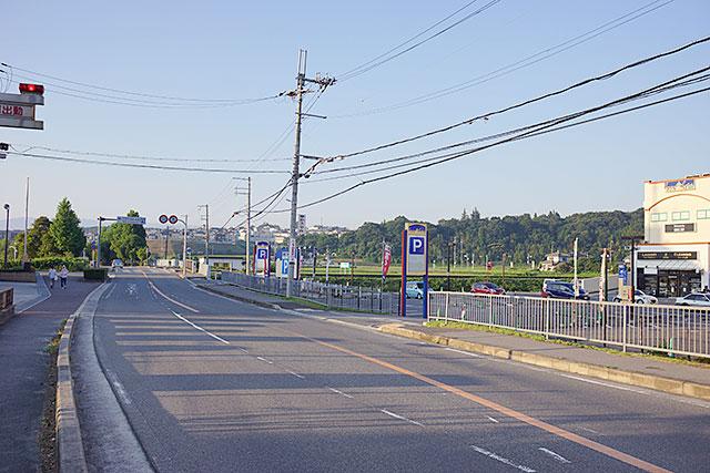 「ホームドライ」サンチェスタ店から南東方面の道