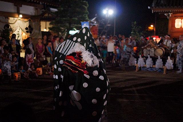 三田天満神社の夏祭で舞い踊る獅子舞