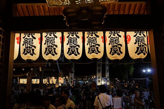 三田天満神社の夏祭、正門をくぐったところ