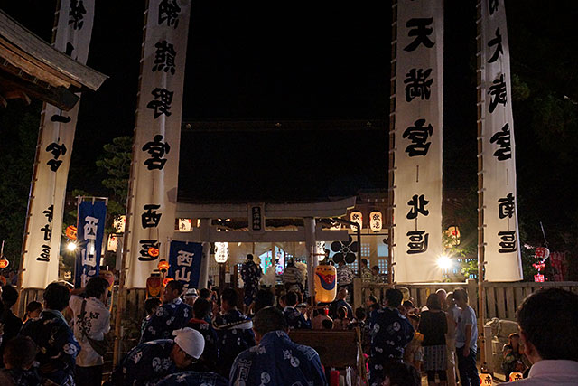 三田天満神社の夏祭、境内から見る本堂