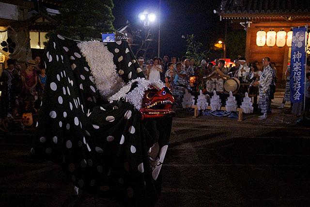 三田天満神社の夏祭で舞い踊る獅子舞その2