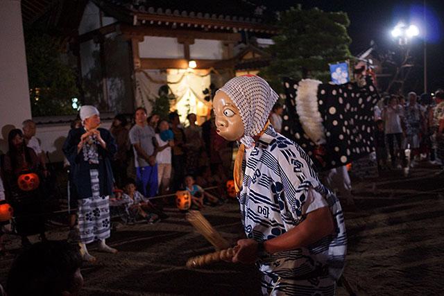 三田天満神社の夏祭で踊るひょっとこ