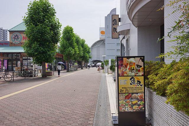「魚民」フラワータウン駅前店横の歩道