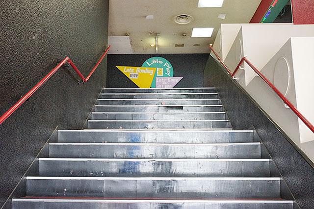 スーパーボウル三田の階段