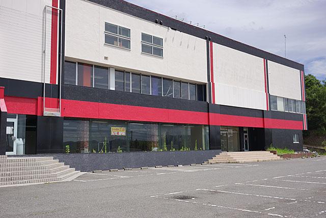 スーパーボウル三田の外観と駐車場