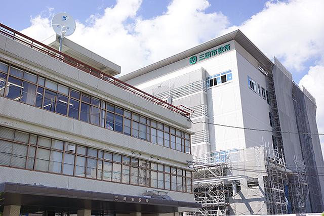 三田市役所の新旧庁舎