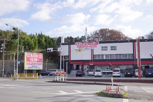 イオン三田ウッディタウン店前に切符や金券の安売り自動販売機がある