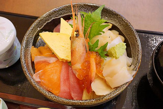 三田の和がやで海鮮十色丼を食べてきた。新鮮なネタでボリューム満点!
