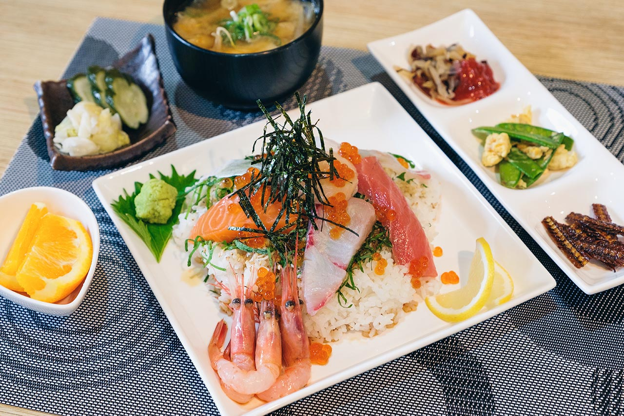 海鮮居酒屋 猿一匹の大満足ランチ!新鮮かつボリューム満点の丼物と定食が魅力