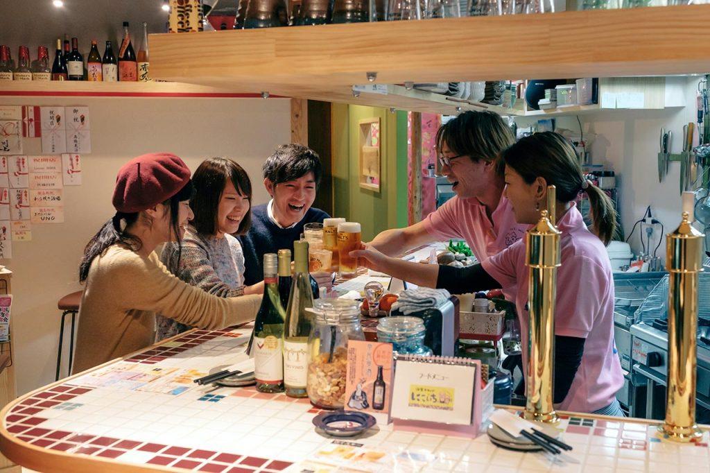 【酒楽スタンド にこいち】女性ひとりでも入りやすいオープンな立ち呑み感覚の居酒屋!