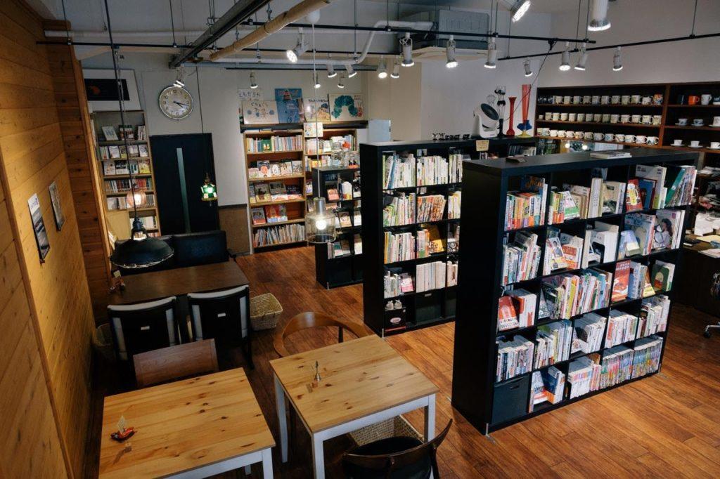 カフェも楽しめる本屋「本となごみの空間 オクショウ」で過ごすスローな時間